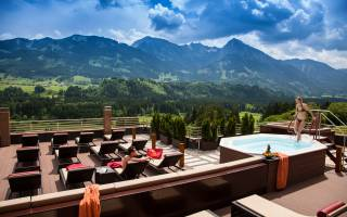 Wellness-Dachterrasse mit Pool im Hotel Tanneck